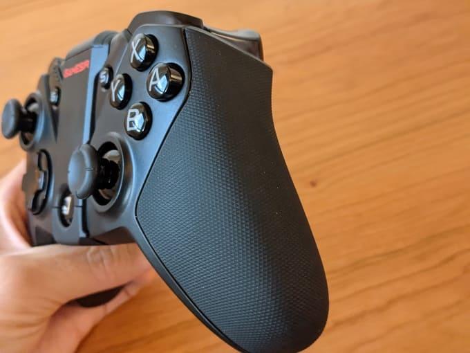 『GameSir G4 Pro』のグリップ